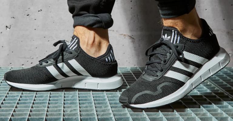 ¡TOMA CHOLLO! Cálzate estas zapatillas Adidas Swift Run X con el 57% de descuento. Están a 38,45 euros.